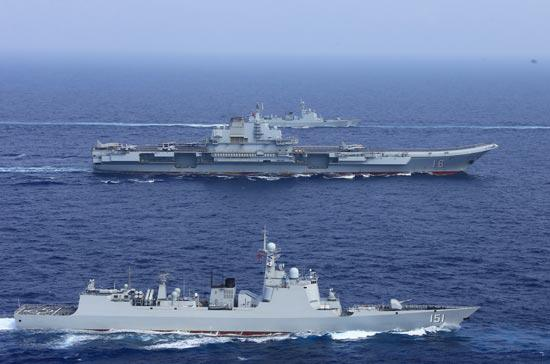 4月18日,辽宁舰航母编队破浪前行。视觉中国供图