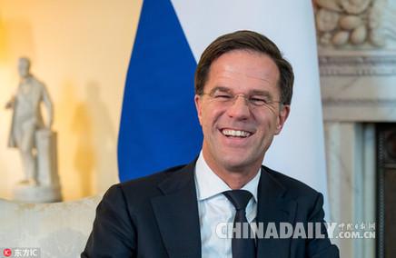"""打翻咖啡自己拖地清理 荷兰首相吕特又在网上""""圈粉""""了"""