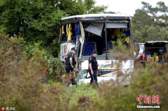 据加拿大广播公司报道,一辆载有37名中国游客的巴士4日下午在安大略省普雷斯科特地区的高速公路上发生交通事故,事故造成24人受伤,其中4人伤势严重。图片来源:东方IC 版权作品 请勿转载