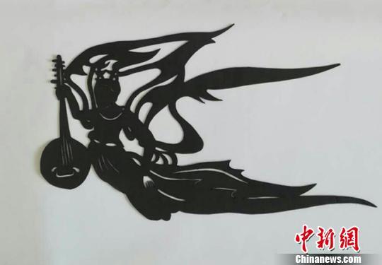 白海燕最喜爱的一件剪纸作品《飞天》,其原型是敦煌莫高窟壁画中的飞天形象。 钟欣 摄