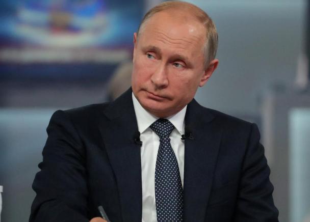 俄罗斯总统普京参加电视直播连线节目。