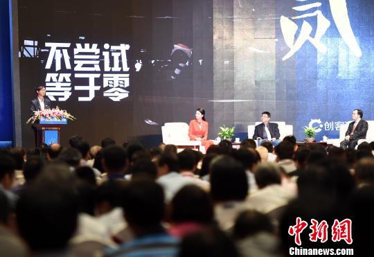 6月7日,大陆青年创业菁英、创客猫创始人卢捷在论坛上分享自己的创业经验。 张斌 摄