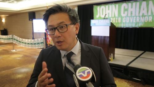 图为江俊辉竞选派对现场接受美国中文网采访 美国中文网 赵梓亦 摄