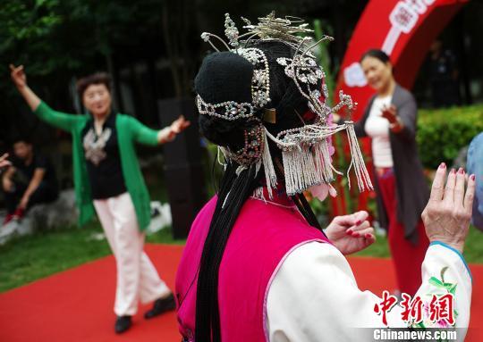 南京民间艺人向民众传授昆曲。 泱波 摄