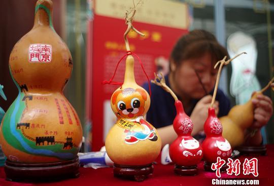 南京民间艺人在葫芦上作画。 泱波 摄
