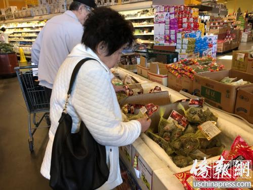 中国侨网华裔居民正在超市选购粽子。美国《侨报》 王旖涵摄
