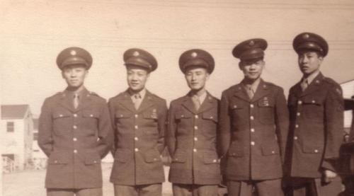 旧照中的二次大战5名华裔军人,只有站在最右面的黄仕照仍然在世,已年高98岁。(美国《世界日报》/同源总会提供)