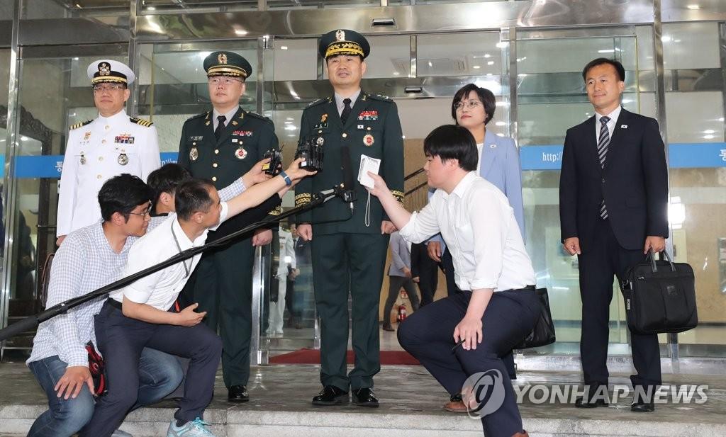 취재진 질문에 답하는 김도균 국방부 대북정책관
