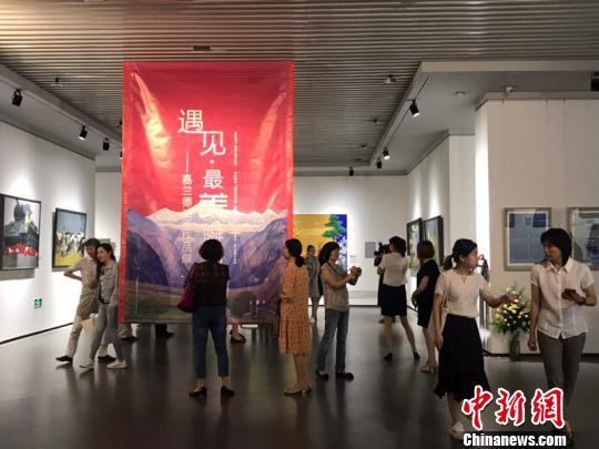 """""""遇见·最美瞬间""""俄罗斯油画展在哈尔滨美术馆开幕。 刘锡菊 摄"""