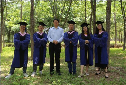 1 吴思强教授在毕业典礼结束后与五位毕业生合影留念 仪首歌摄.jpg