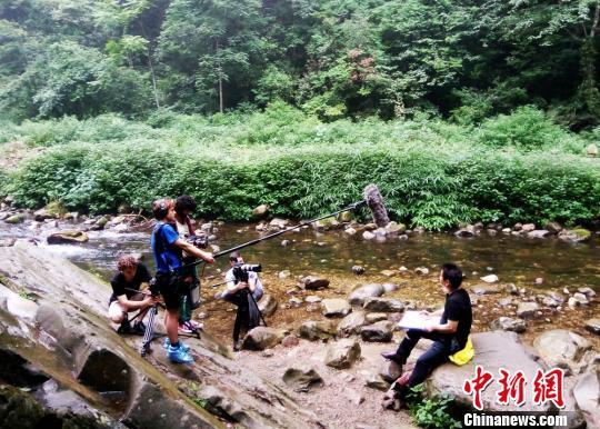 纪录片《这里是中国》摄制组在武陵源拍摄。 邓道理 摄