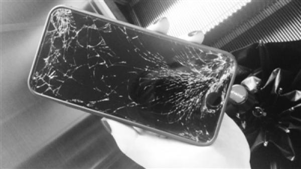 宁波警方通报大妈捡手机索酬未果摔机:保护当事方细节不果然