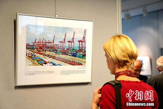 德国观众在观赏图片。 <a target=&#39;_blank&#39; href=&#39;http://www.chinanews.com/&#39;>中新社</a>记者 彭大伟 摄