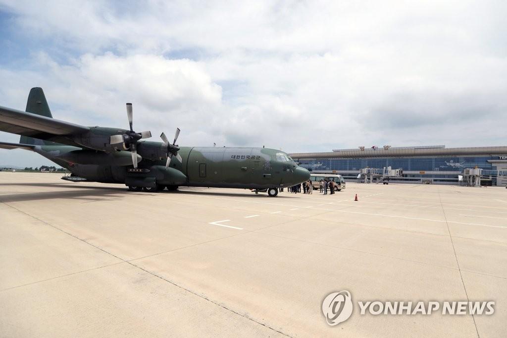 평양 순안공항 도착한 남북 통일농구 대표단