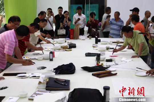 四川40余位书画家齐聚一堂创作艺术作品