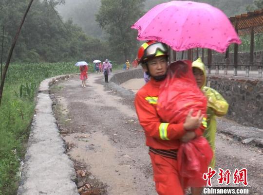 暴雨致26名游客被困景区 河北承德消防成功救援.jpg
