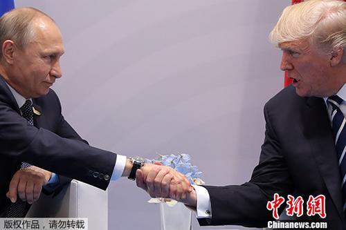 资料图:当地时间2017年7月7日,德国汉堡,美国总统特朗普与俄罗斯总统普京会晤。