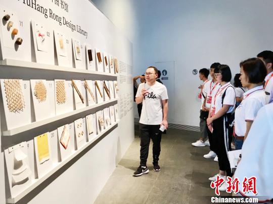 论坛开始前,台湾青年参观亚洲竹生活艺术展。 张斌 摄