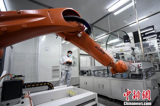 3月22日,江西首条高容量锂离子动力电池全自动化生产线试产。 周亮 摄