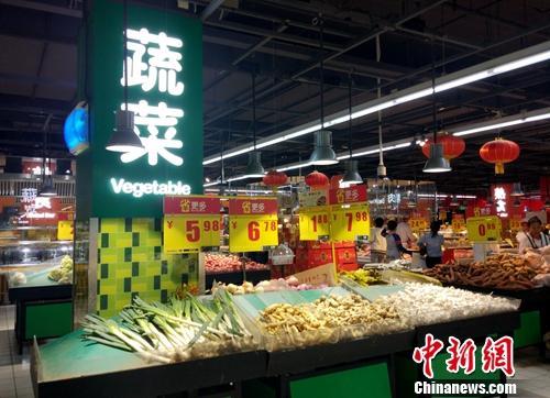 超市里的蔬菜区。<a target=&#39;_blank&#39; href=&#39;http://www.chinanews.com/&#39; >中新网</a>记者 李金磊 摄