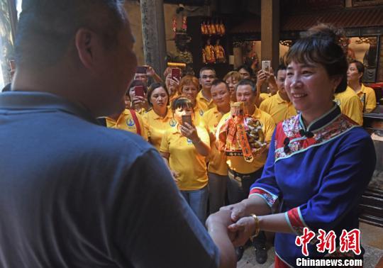 海南临高天后宫主委方萍(右)与台湾鹿港天后宫主委张伟东交谈。高亚成摄。