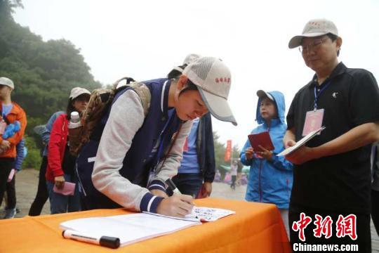 年满18岁的学子们宣誓成人,领取到了属于自己的成人证书。 陈阳 摄