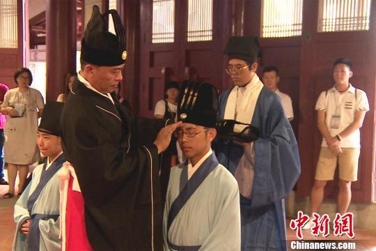 主宾为参与成人礼的台湾青年加冠。 柯宁 摄