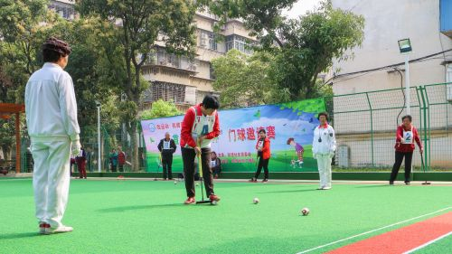 家门口的门球邀请赛吸引老人参加。