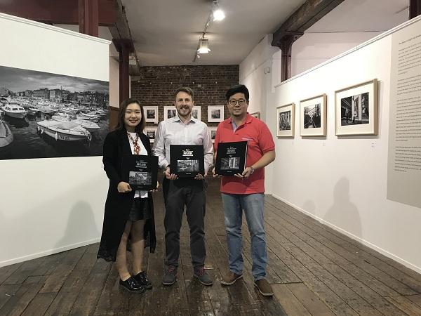 策展人薛宇洁、Menier Gallery 艺术总监Ben Pearce、摄影师徐雪寒.JPG