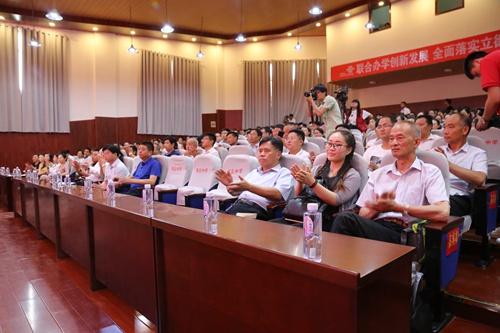 出席揭牌仪式的嘉宾和教师代表1.jpg