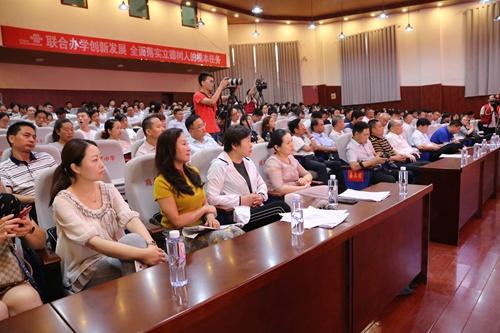 出席揭牌仪式的嘉宾和教师代表2.jpg