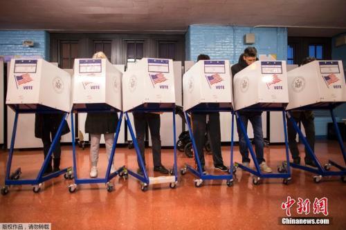 资料图:2016年总统大选中,美国民众在纽约布鲁克林区的投票站填写表格。