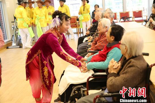 演员与老人们互动。 樊南 摄