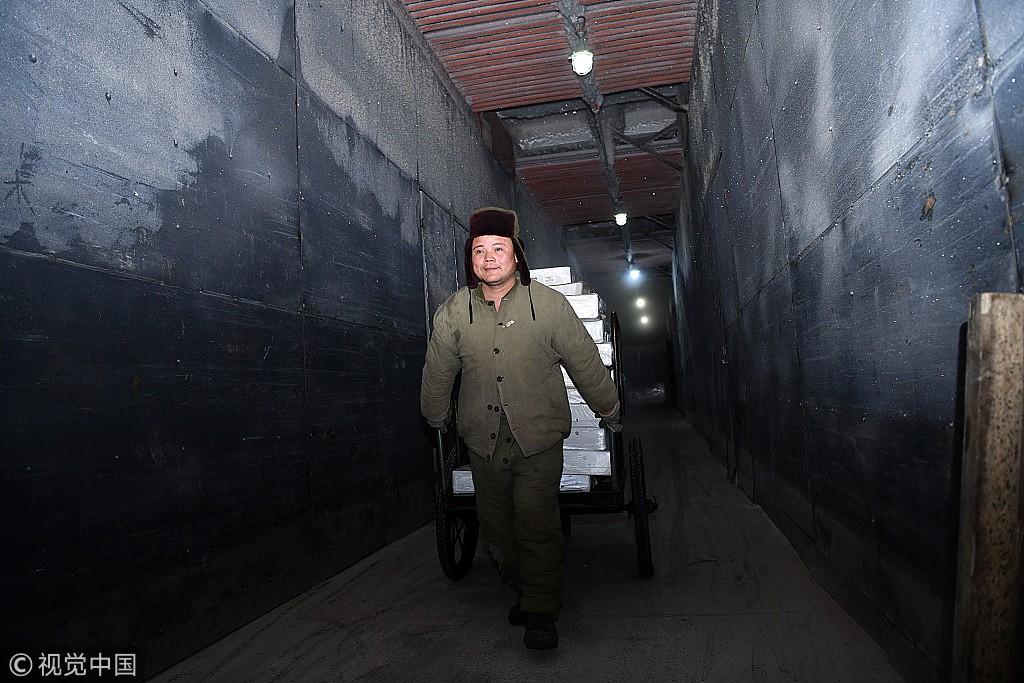 三伏天下的劳动者 温差54度常年在极寒极热下穿行