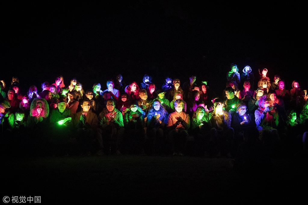 澳大利亚举办创意灯光秀 民众以灯为笔在夜幕中作画