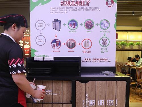 2017年6月13日,1名餐厅服务员将餐后垃圾分类投放。 新华社记者 陈飞 摄