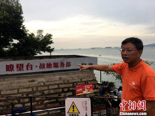 胡里山炮台文明旅游开辟有限公司总司理翁鹭向记者先容纵眺台的历史变迁。 杨伏山 摄