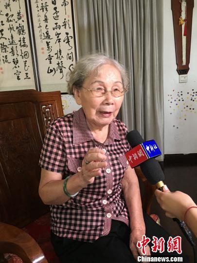 当年对台前线播送站闽南语一般话双语播音员陈斐斐家中承受记者采访。 杨伏山 摄