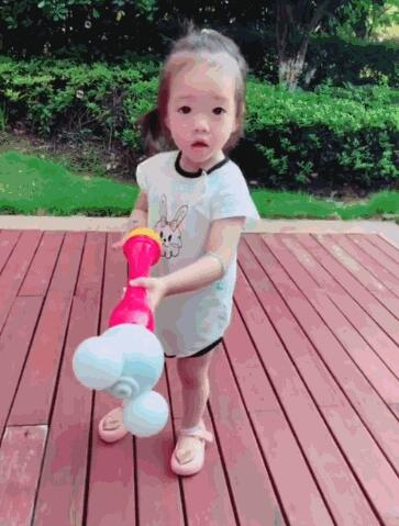 杨云晒双胞胎女儿玩泡泡 俩萌娃笑容天真可爱
