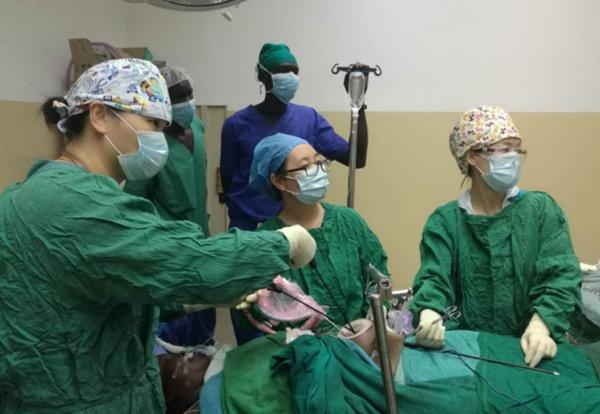 """南苏丹医院里的一张""""中国医生""""名片"""