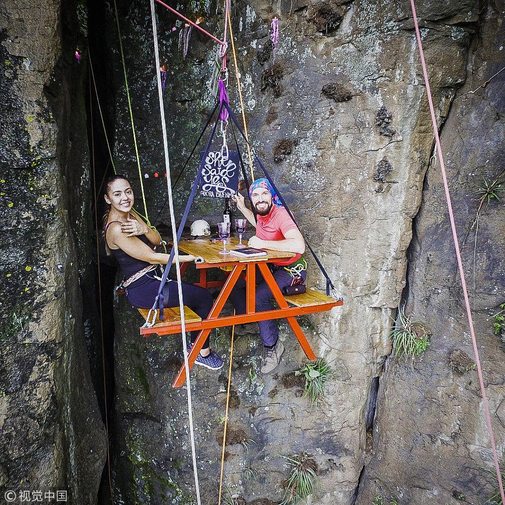 满屏狗粮 危地马拉小伙330英尺高空上演浪漫求婚