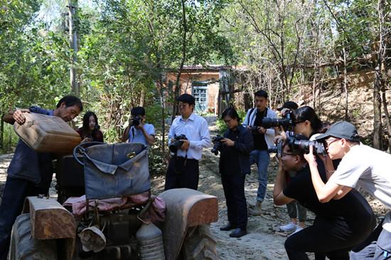 3、图为山艺黄河滩迁建创作组正在进行拍摄创作  仪首歌摄_副本.jpg