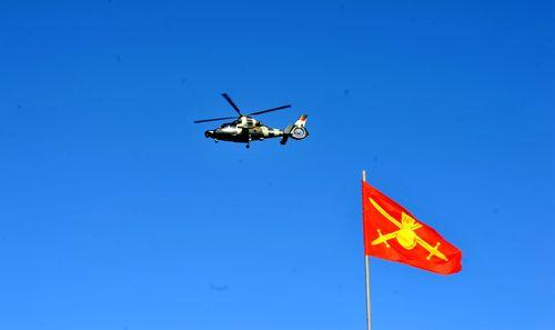 中方直升机和俄罗斯陆军军旗.jpg