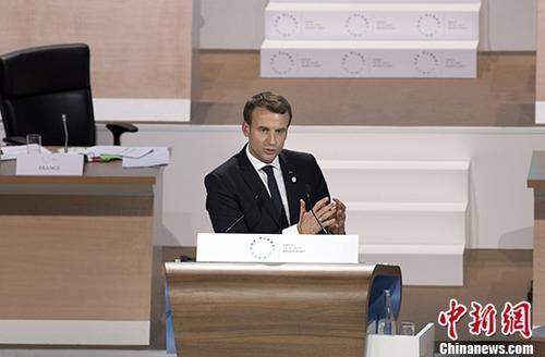 """当地时间12月12日,在《巴黎协定》签署两周年之际,由法国、联合国和世界银行共同主办的""""一个星球""""气候行动融资峰会在巴黎举行,60多位国家元首和政府首脑以及来自国际组织、非政府组织、企业、研究机构、地方政府的近4000名代表与会。法国总统马克龙在出席峰会时呼吁国际社会加速行动,采取具体措施落实《巴黎协定》。图为马克龙在峰会上发表讲话。"""