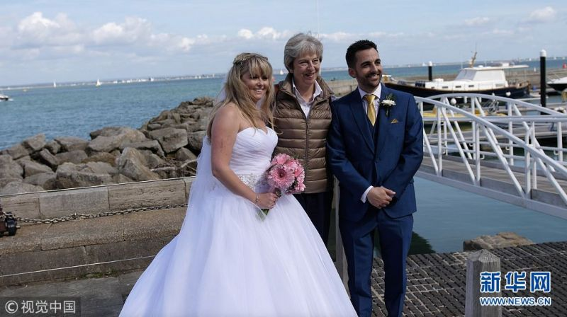 """英国一场婚礼惊现""""不速之客"""":首相特雷莎·梅""""乱入"""""""