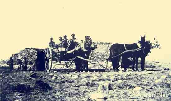 图一 考察团成员乘坐驴车前往敦煌千佛洞.webp.jpg
