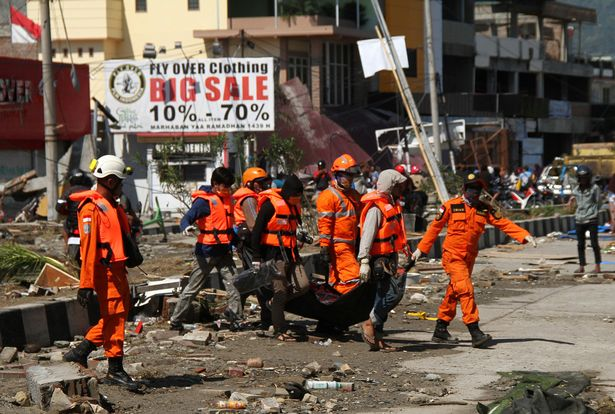 0_A-search-and-rescue-team-evacuates-a-body-recovered-in-Talise-Beach-following-an-earthquake-and-tsu.jpg