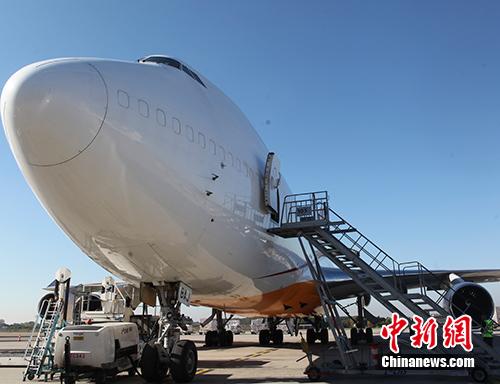 图为该航线波音747-400货机,其最大载重量为110吨,运输货物包括机械设备、电气设备、电商包裹、汽车配件、电子产品等。<a target=&#39;_blank&#39; href=&#39;http://www.chinanews.com/&#39;>中新社</a>记者 德永健 摄