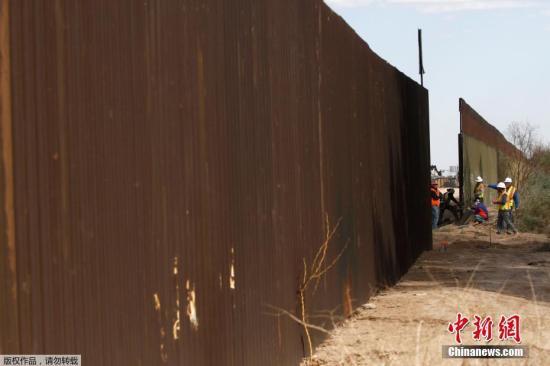 """当地时间2018年2月22日,美国加州卡莱克西科附近,美国海关和边境保护局对当地一段边境隔离墙进行更换。这标志着美国联邦政府启动了美国与墨西哥边境隔离墙的修建工程。此次工程覆盖范围约3.62公里,将由约9米高的新建墙体代替始建于上世纪90年代的旧墙体。美国海关和边境保护局称,该工程将有利于边境保护及增强公众和该局人员的安全。这是去年在加利福尼亚州圣迭戈附近修建8堵边境隔离墙""""样板墙""""后,特朗普政府批准的首个美墨边境隔离墙工程合同。美国内布拉斯加州一家建筑公司赢得了这份总额为1800万美元的隔离墙替换工程合同。 文字来源:人民网"""