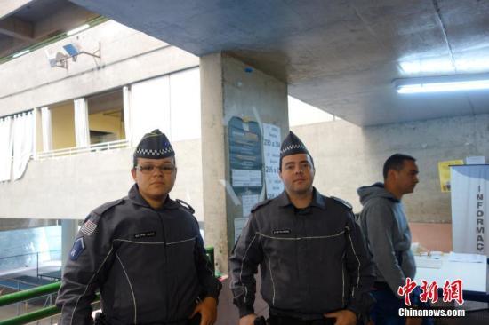 两名警察在巴西圣保罗一个投票站维持秩序。